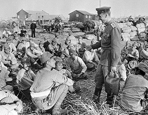 Советские военнослужащие беседуют с пленными японскими солдатами