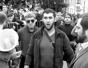 В Москве к посольству Мьянмы вышло несколько сотен мусульман