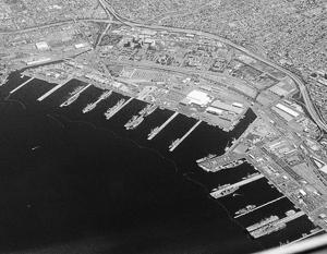 Внутри бухты Сан-Диего расположена крупнейшая в мире военно-морская база