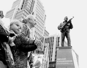 Памятник Калашникову открыли на пересечении Садовой-Каретной и Долгоруковской улиц