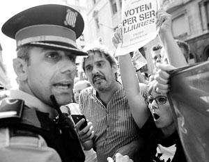 Каталонские полицейские (на фото), похоже, в массе своей сочувствуют сепаратистам, но пока сохраняют нейтралитет