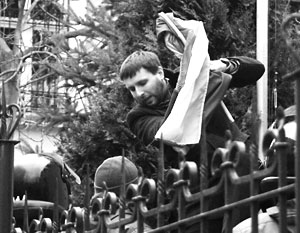 Владимира Парасюка, похоже, напрягает угроза попасть в розыскные списки Интерпола