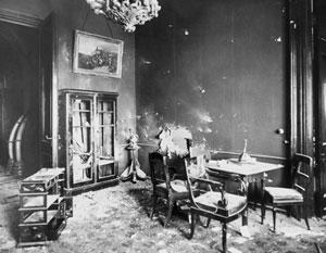 Приемная Керенского (бывшая приемная императора Александра Третьего) в Зимнем дворце после штурма 26 октября 1917 года