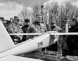 Киевские власти, не исключая и Петра Порошенко, проявляют особый интерес к беспилотникам, в том числе боевым