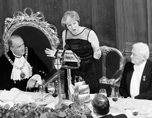 В черном платье с прозрачными вставками на плечах премьер-министр Тереза Мэри Мэй выступила с традиционным обращением к гостям банкета