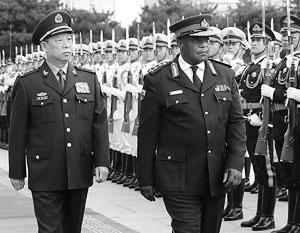Генералы Ли и Чивенга обходят строй почетного караула в Пекине – за неделю до путча в Хараре