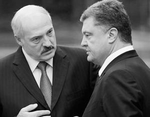 Лукашенко приходится периодически убеждать Порошенко в том, что у него нет, условно говоря, ни ножа за спиной, ни камня за пазухой