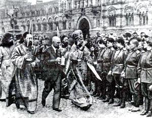 Митрополит Тихон благословляет бойцов перед отправкой на фронт. Через несколько месяцев он станет патриархом