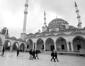 Чеченцы трепетно относятся к религии и очень любят российский АвтоВАЗ. На фото грозненская мечеть «Сердце Чечни»