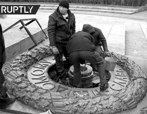 В Киеве второй раз с начала месяца залили цементом Вечный огонь