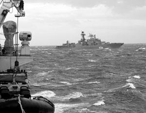 Британцы посмеялись над «лодочкой» королевского флота рядом с российским кораблем