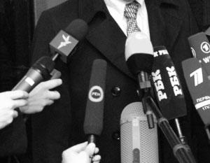 «Радио Свобода» (левый микрофон) – одно из двух десятков американских СМИ, зарегистрированных в МИД России. Пока что их сотрудники могут беспрепятственно ходить в Думу