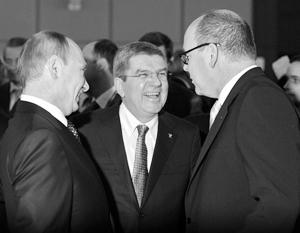 Владимир Путин с президентом МОК Томасом Бахом (в центре) и князем Монако Альбером Вторым на Олимпиаде в Сочи в феврале 2014 года