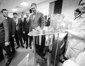 После опыта Александр Вучич погладил «таксу-амфибию» и признался, что очень впечатлен