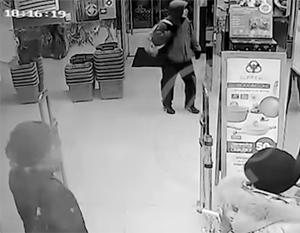 Посетитель зашел в магазин с сумкой, а вышел уже без нее