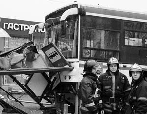 Кто виновен в аварии – водитель автобуса или «подрезавший» его таксист – еще предстоит выяснить