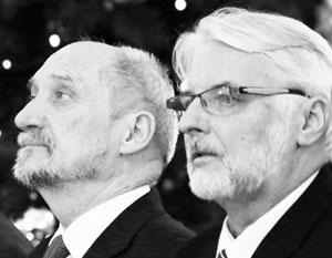 Отставка Витольда Ващиковского (справа) и Антония Мачеревича явно обрадует Евросоюз