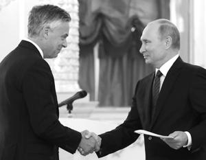 3 октября 2017 года Джон Мид Хантсман вручил верительные грамоты президенту Путину