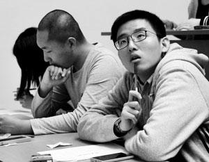 По словам Шапошника, из-за иностранных студентов планку для получения оценки «удовлетворительно» пришлось снизить