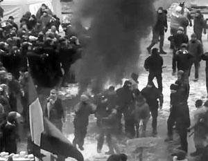 Митингующие возле Рады сожгли флаг России