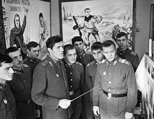 Политрук в советской армии был заметной фигурой