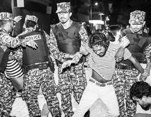 Полиция подавляет протесты на «столичном острове», богатые туристы на соседних островах об этом даже не знают