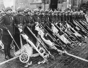 Это всемирно известное фото оказалось поводом для обвинения в «демонстрации нацистской символики»