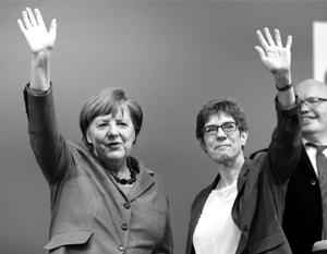 Аннегрет Крамп-Карренбауэр (справа) - протеже Ангелы Меркель в немецкой политике и, не исключено, ее преемник на посту канцлера