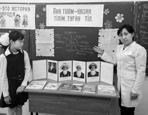 33 буквы кириллицы гораздо лучше, чем 26 букв латиницы, передают звуки казахской речи