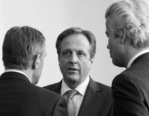 Александр Пехтольд (в центре) между премьер-министром Рютте и главным оппозиционером Вилдерсом (справа)