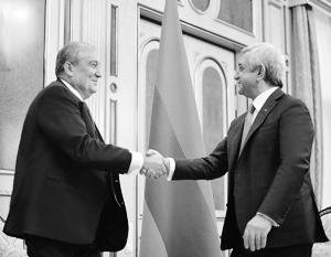 Президентский пост в Армении перешел от Сержа Саргсяна (справа) к Армену Саркисяну (слева)