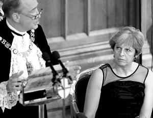 Тереза Мэй слушает речь лорд-мэра лондонского Сити Чарльза Боумана в ноябре 2017 года