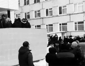 Обеспокоенные родители собрались у здания районной больницы Волоколамска, где находятся их дети