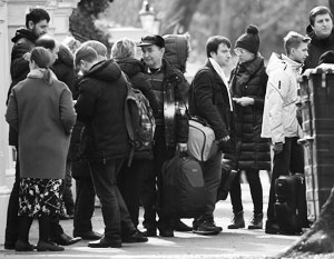 В связи с «делом Скрипаля» больше всего дипломатов выслали не из Британии (на фото – проводы в Лондоне), а из США