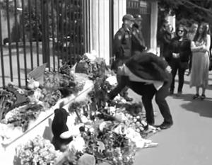Возле здания посольства Швейцарии, где располагается российская Секция интересов, вырос небольшой мемориал
