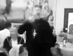 Поющий «Мурку» священник возмутил пользователей Сети