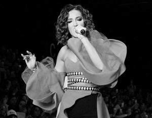 Бузова сыграла в спектакле со «смешной эротикой»