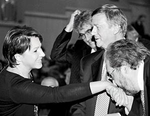 Борис Минц целует руку Татьяне Дьяченко на церемонии награждения лауреатов премии имени Егора Гайдара в ноябре 2011 года. В компании Анатолия Чубайса и Леонида Гозмана