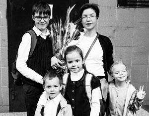 Светлана Строганова с тремя приемными детьми и кровным сыном