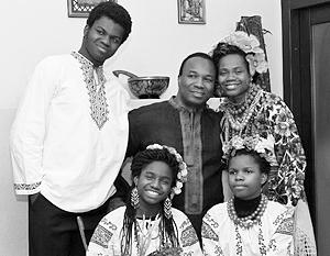 Пастор церкви «Посольство Божье» Сандей Аделаджи с семьей