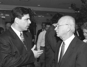 Министр энергетики Гонен Сегев и премьер-министр Ицхак Рабин. Фотография середины 1990-х годов