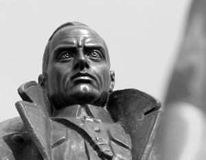 Памятник Александру Колчаку открыт к 130-летию со дня рождения адмирала перед Знаменским монастырем в Иркутске.