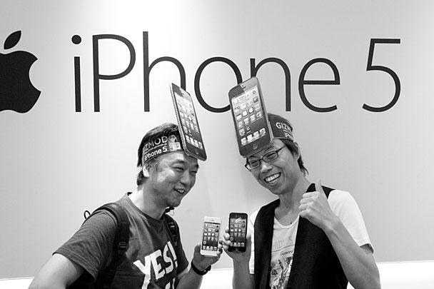 По заведенной традиции покупатели встретили появление нового цифрового устройства от Apple очередями и ажиотажем. Специалисты посчитали iPhone 5 недостаточно инновационным и даже разочаровывающим, но поклонники не обратили на их мнение ни малейшего внимания и осадили магазины