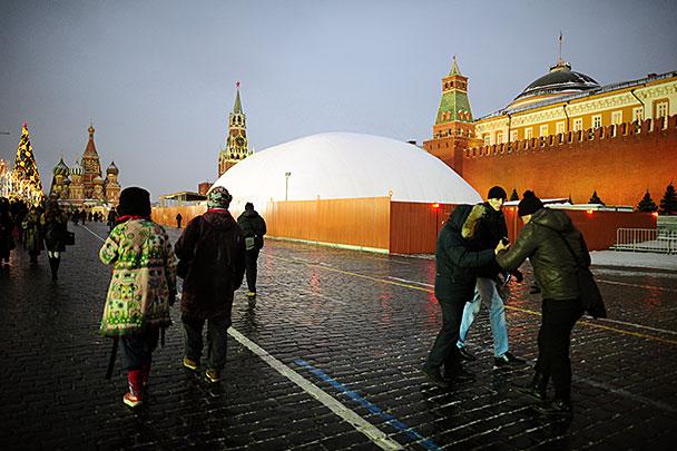 Мавзолей В.И.Ленина закрыли на ремонт.