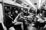 Жители 60 городов 25 стран мира провели ежегодный флешмоб «В метро – без штанов». Самое главное для участников флешмоба – вести себя непринужденно и ни в коем случае не реагировать на замечания других пассажиров. На фото – лондонские участники