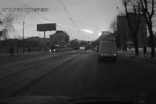 Жители Урала и Казахстана рано утром в пятницу стали свидетелями падения метеорита. В Челябинской области ударной волной выбиты стекла домов, пострадали более сотни человек, в том числе дети