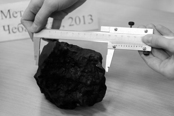 В Еткульском районе Челябинской области обнаружен самый крупный на данный момент осколок метеорита. Вес находки – 1,8 килограмма. По словам ученых, фрагмент имеет следы нескольких дроблений в атмосфере и необычную структуру