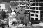 Частичное обрушение строящегося городского тоннеля произошло в Сочи. Жертв и пострадавших нет, но результаты обрушения легко заметны снаружи: просел дом, находящийся прямо над тоннелем