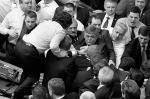 С драки между националистами и коммунистами началось во вторник заседание парламента Украины. Лидер «Свободы» Олег Тягнибок обвинил правящих «регионалов» в узурпации власти и русификации страны. «Свободовцы» окружили своего лидера и заблокировали трибуну. Коммунисты, сидевшие ближе к трибуне, попытались оттеснить «свободовцев», что привело к потасовке