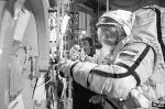 Именно так будет выглядеть выход будущих космонавтов на поверхность Марса. Данную операцию впервые в практике пилотируемой космонавтики отработали в скафандрах члены экипажа МКС Олег Новицкий (на фото) и Евгений Тарелкин. Сделали они это на территории российского Центра подготовки космонавтов им. Гагарина